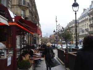Clássico Café, Crepes e sobretudos na rue Suofflot, próximo ao Pantheon em Paris, França