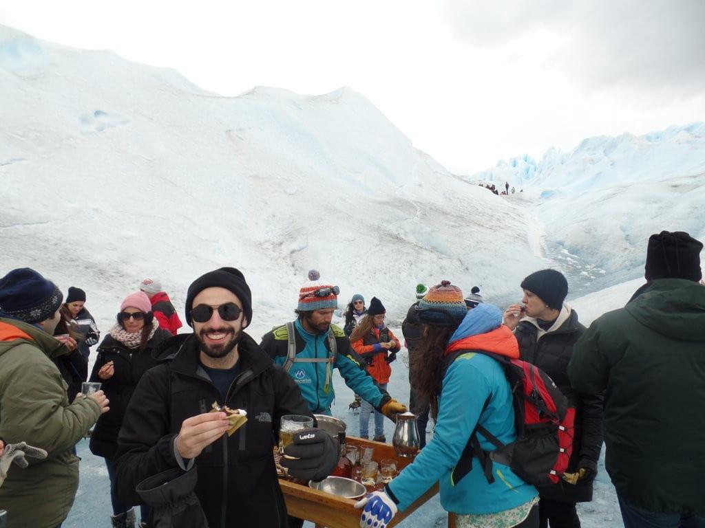 Whiskey e alfajor para fechar o Mini trekking no Perito Moreno, Patagônia Argentina