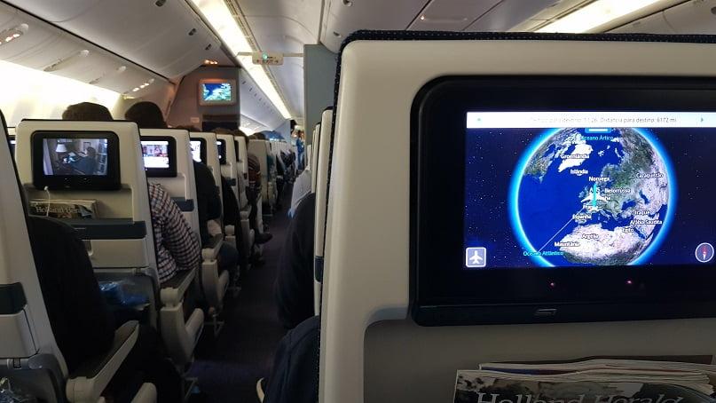 Dentro avião, vendo a tela de entrenimento com a rota do voo de Amsterdam para Guarulhos