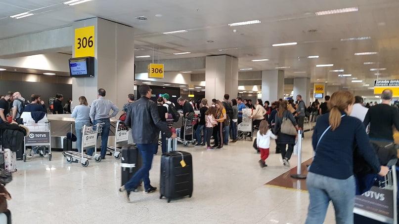 Recolhendo as malas no aeroporto de Guarulhos