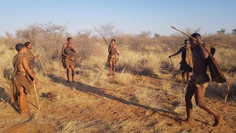 Bushman Walk, em Botswana - Tribo nativa apresentando formas ancestrais de caça e cura