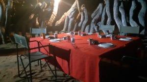 Mesa posta para janta a céu aberto, cozinhada pelo guia do Overland Tour - Botswana