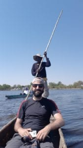 "Relaxando na ""lancha"" dos Mokoros no Delta do Okavango, Botswana"