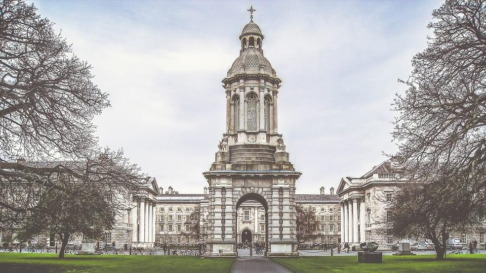 Fachada da Trinity College em Dublin, Irlanda -Foto K. Mitch Hodge, Unsplash
