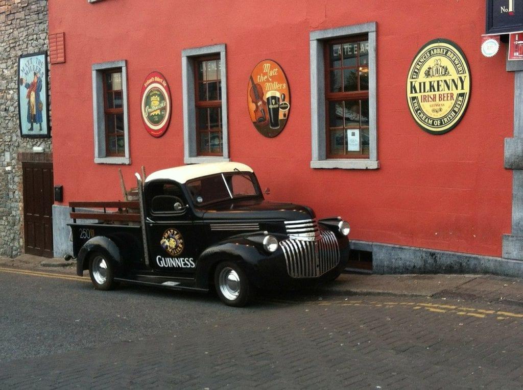 Pub em Kilkenny, cidade cervejeira da Irlanda - Foto Pixabay