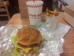 Lanche no Five Guys, em New York, EUA