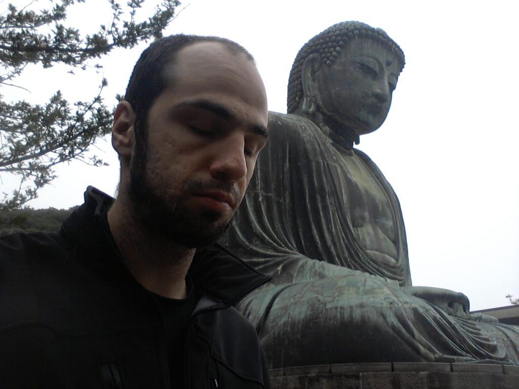 Meditando com o Daibutsu em Kamakura, Japão