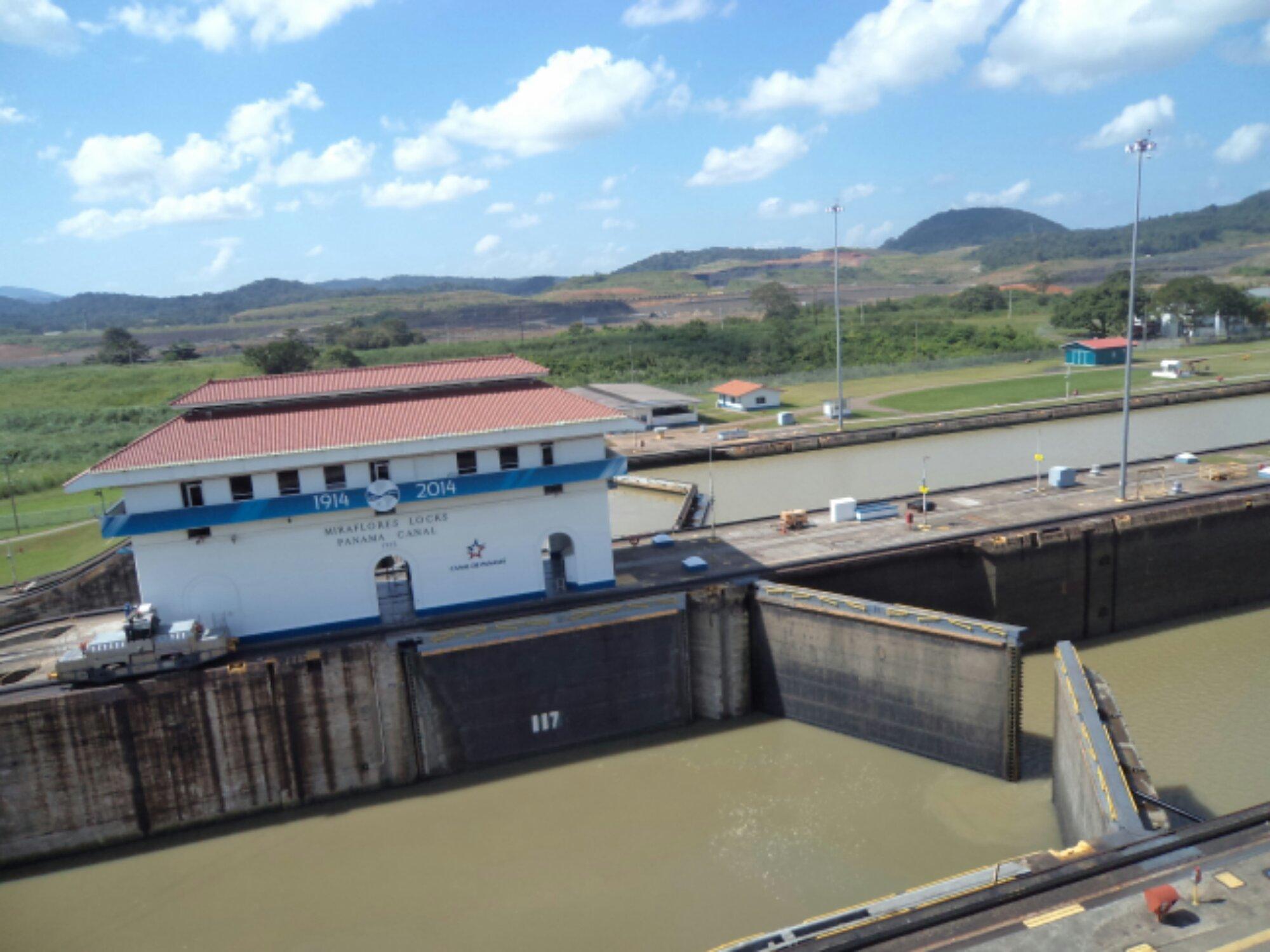 Canal do Panamá 3 - Água nivelada nas duas eclusas e comportas abrindo