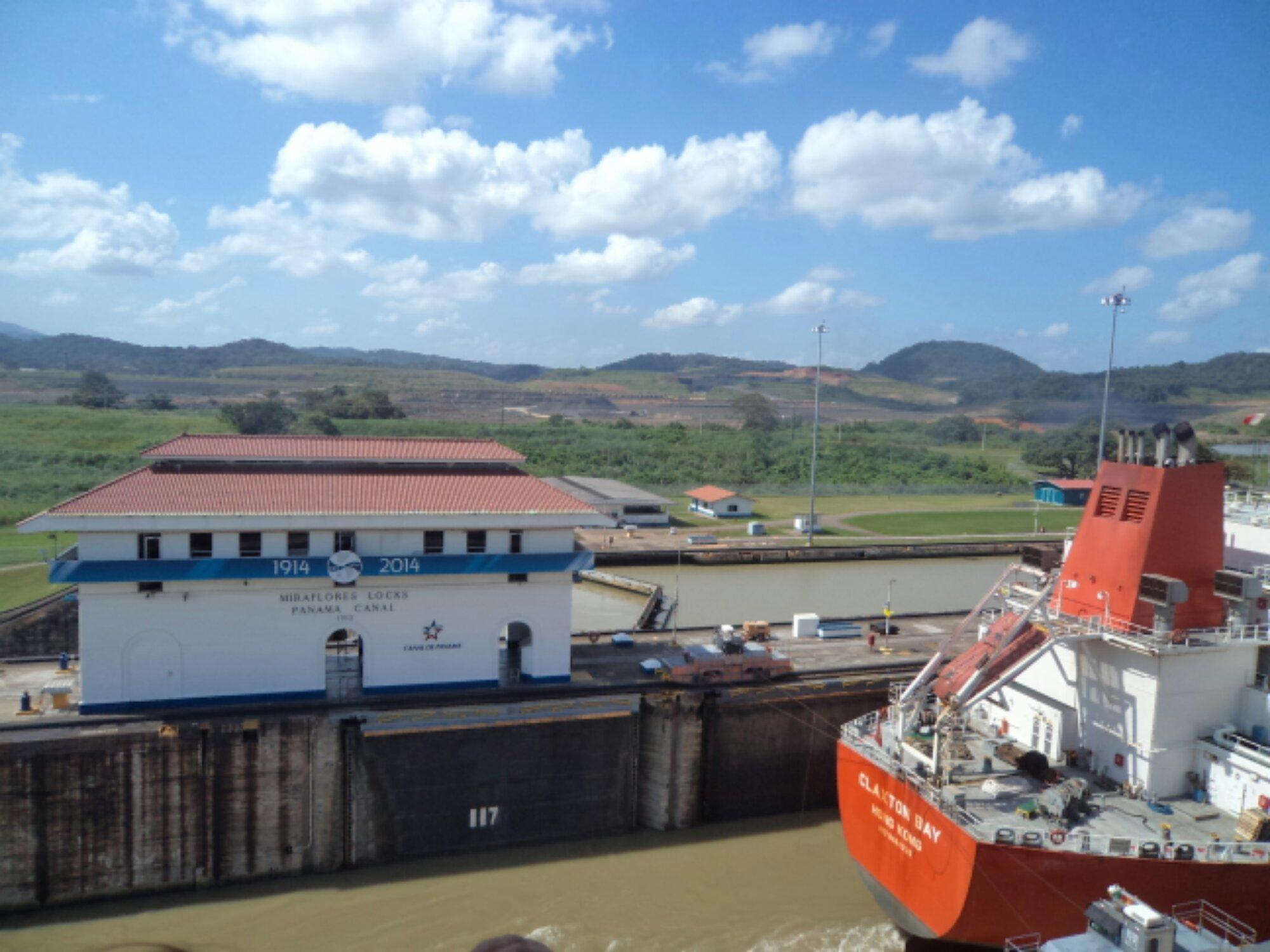 Canal do Panamá 3 - Barquinho passando para a próxima eclusa