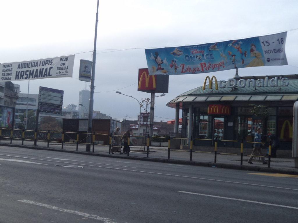 A torpe Ex-Iugoslávia ainda tem poucas marcas do torpe capitalismo - Mcdonalds em Belgrado, Sérvia
