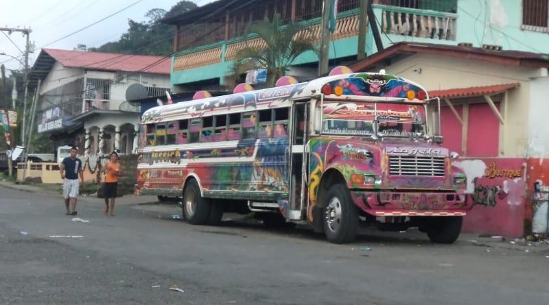 Ônibus coloridos (e piscantes) do Panamá