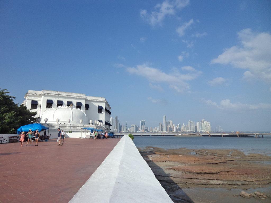 Casco Viejo com vista para o skyline da Cidade do Panamá