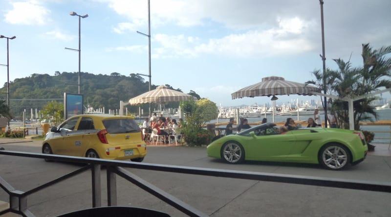 Amador Causeway - Vista do restaurante em frente ao Duty Free onde as pessoas passam ostentando seus carrões