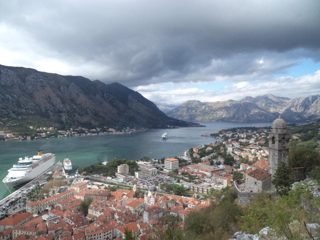 Forte de Kotor (Castelo de St John), de cima para baixo - Montenegro