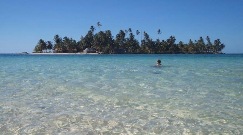 Tomando banho na Isla Perro em San Blás, Panamá