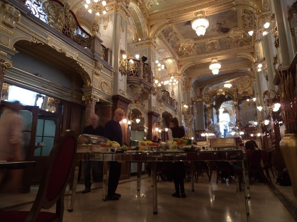 Cafe New York, por vezes considerado o mais bonito do mundo, Budapeste, Hungria