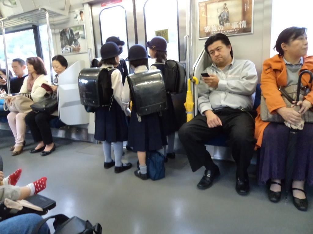 Crianças no metrô de Kamakura, Japão