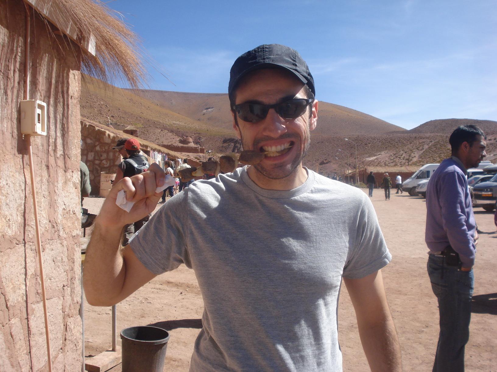 Foto Bônus - Comendo carne de Llama no meio do deserto do Atacama, Chile