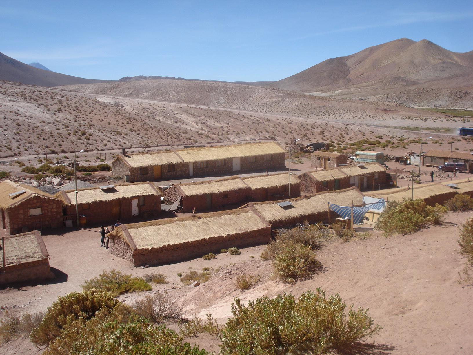 Pequeno povoado que vive no meio do deserto do Atacama, Chile