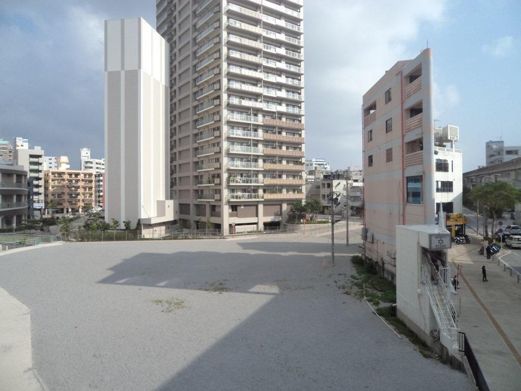 Prédio estreito em Okinawa, Japão