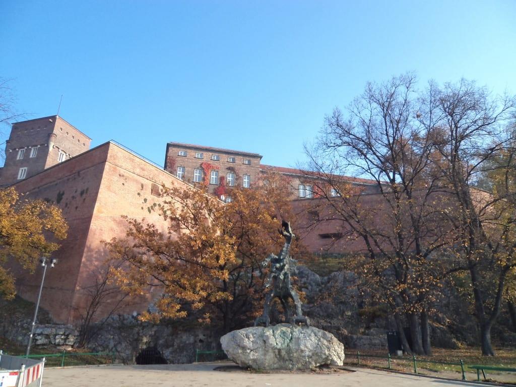 Castelo de Wawel na Cracóvia, junto ao dragão símbolo da Polônia