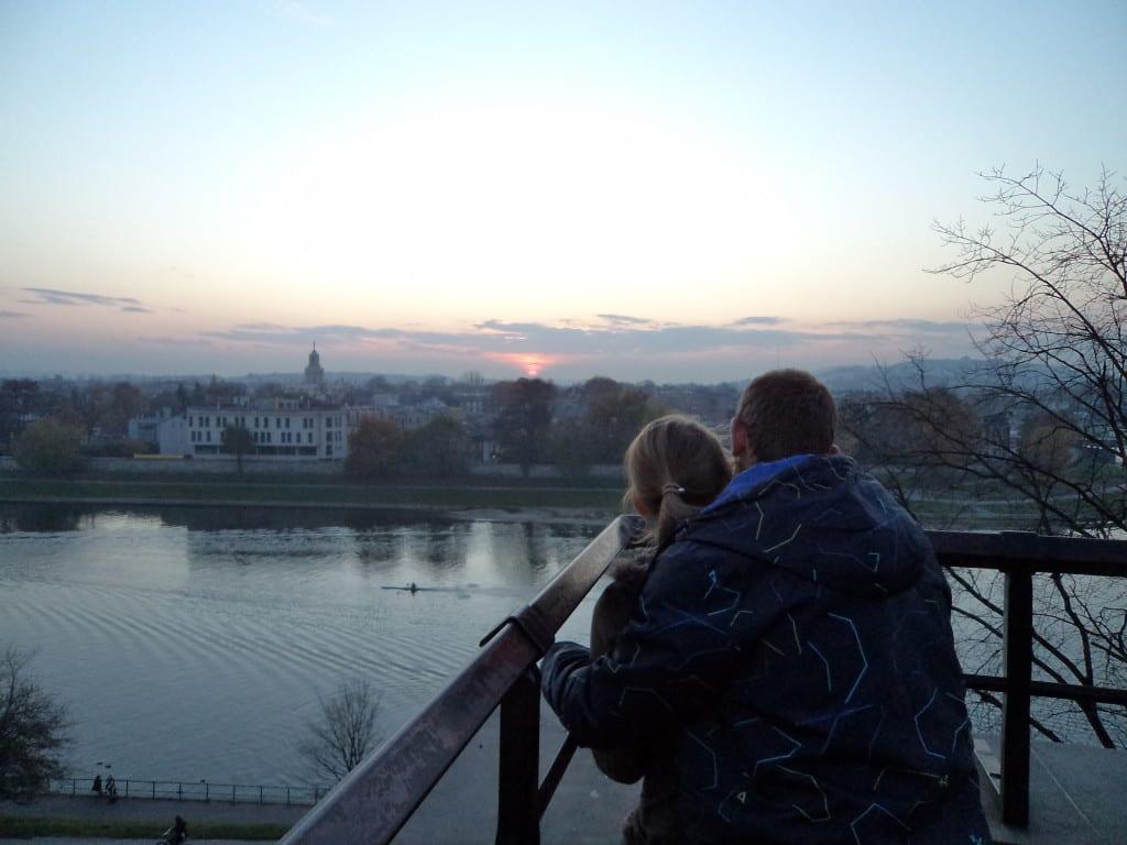 No Castelo de Wawel, casal assiste por do sol na Cracóvia, Polônia