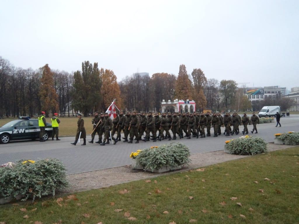 Solados marchando nas ruas de Varsóvia, Polônia