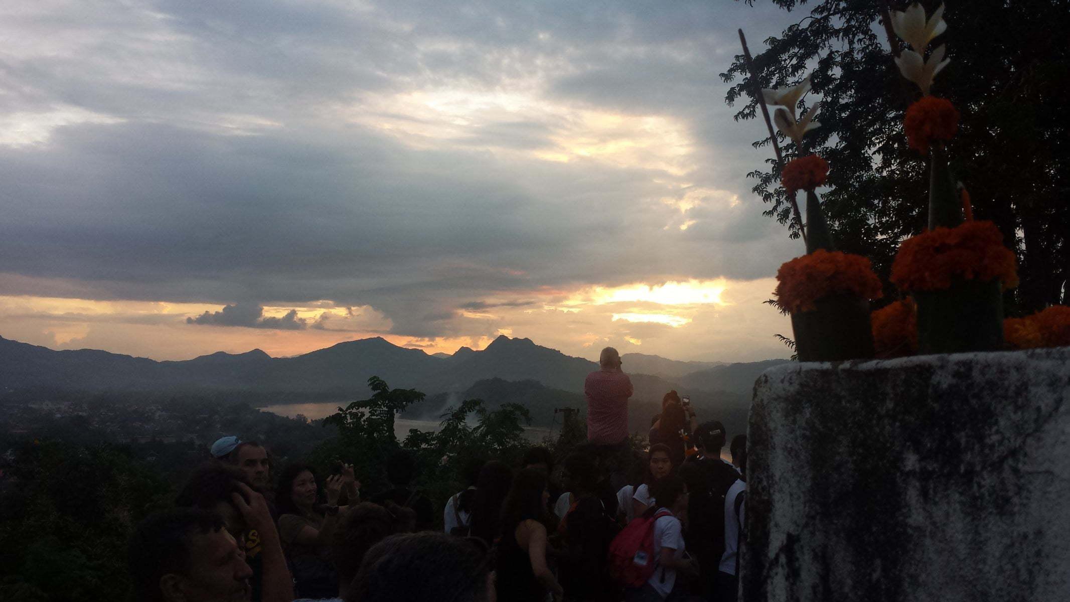 Aglomeração no Mount Phousi para o por do sol em Luang Prabang, Laos