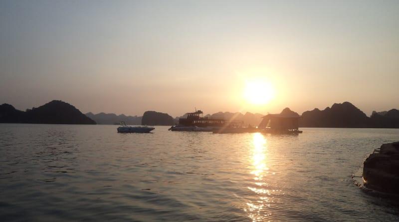 Cai o sol em Ha Long Bay, próximo a Hanoi, Vietnã