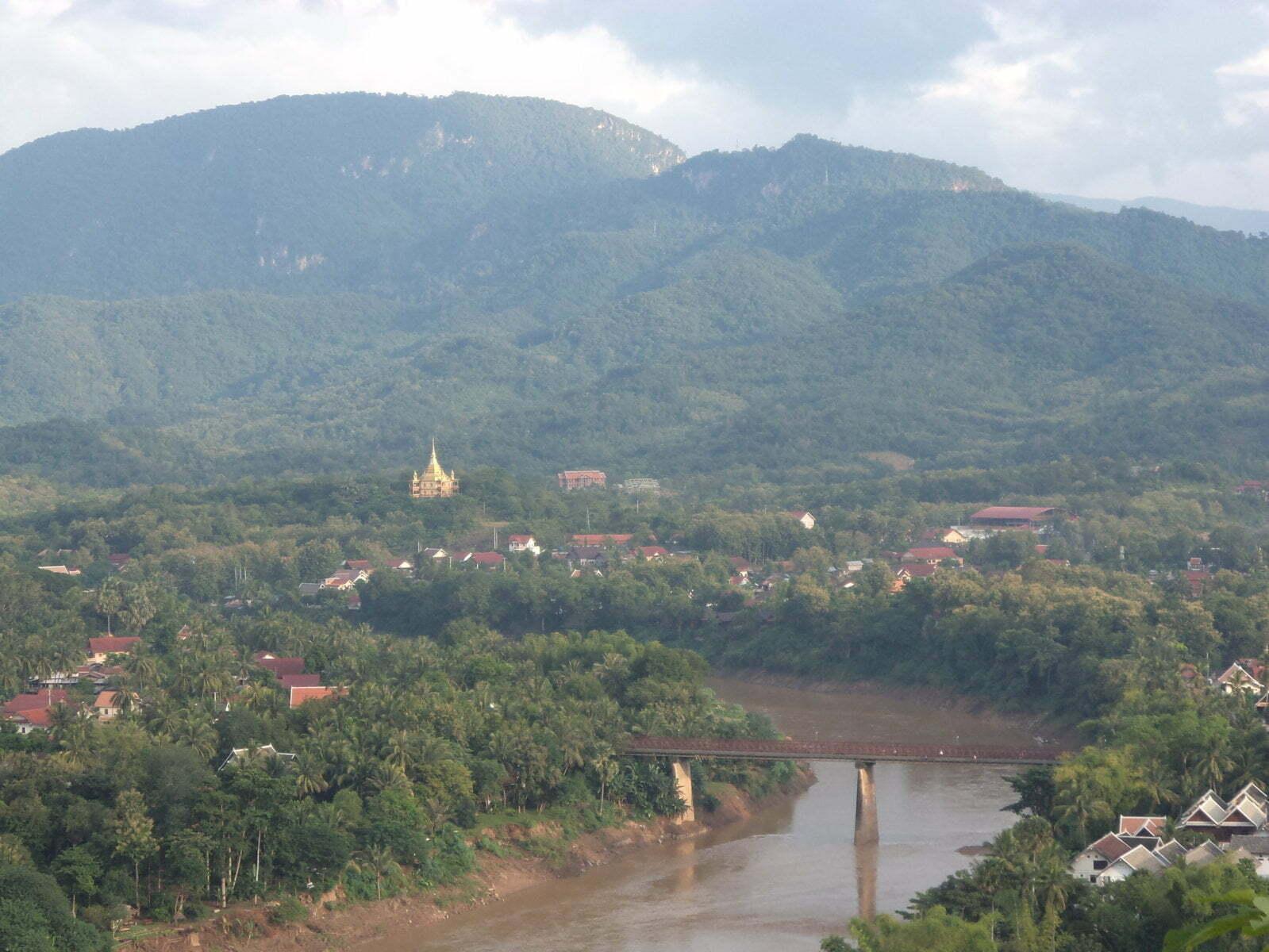 A vista do Mount Phousi para o o outro lado em Luang Prabang, Laos