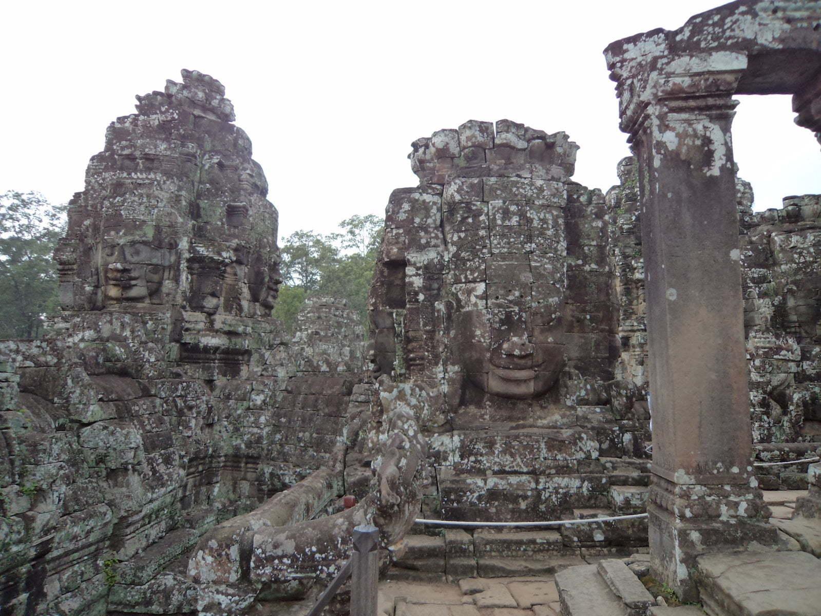 Templo Bayon (2) no circuito pequeno em Siem Reap, Camboja