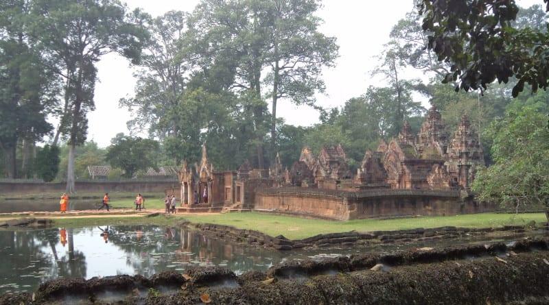 Monge passeio pelo Prasat Banteay Srei próximo a Siem Reap, Camboja
