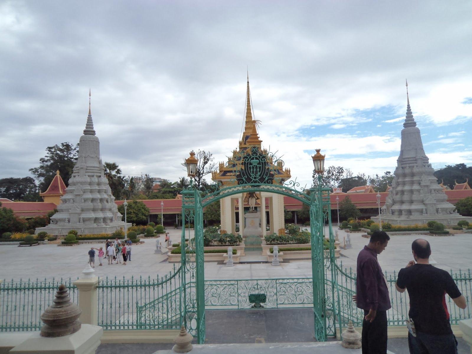 O jardim da Silver Pagoda em Phnom Penh, Camboja