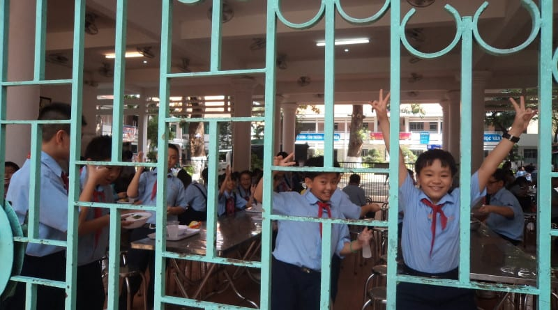 Criançada se anima para tirar fotos na escola pública de Ho Chi Minh, Vietnã