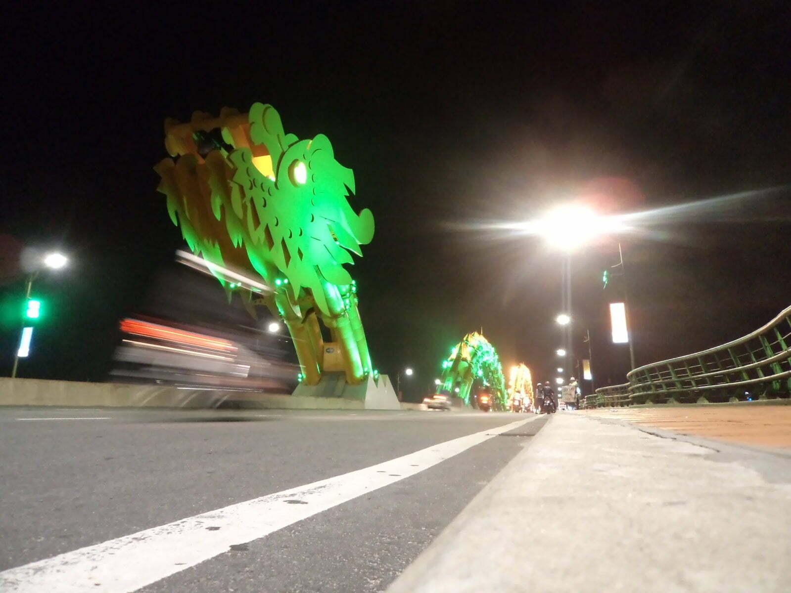 The Dragon Bridge a noite - Danang, Vietnã