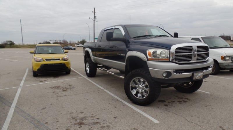 Uma pequena pick-up parada ao lado do meu Kia Soul em Dallas