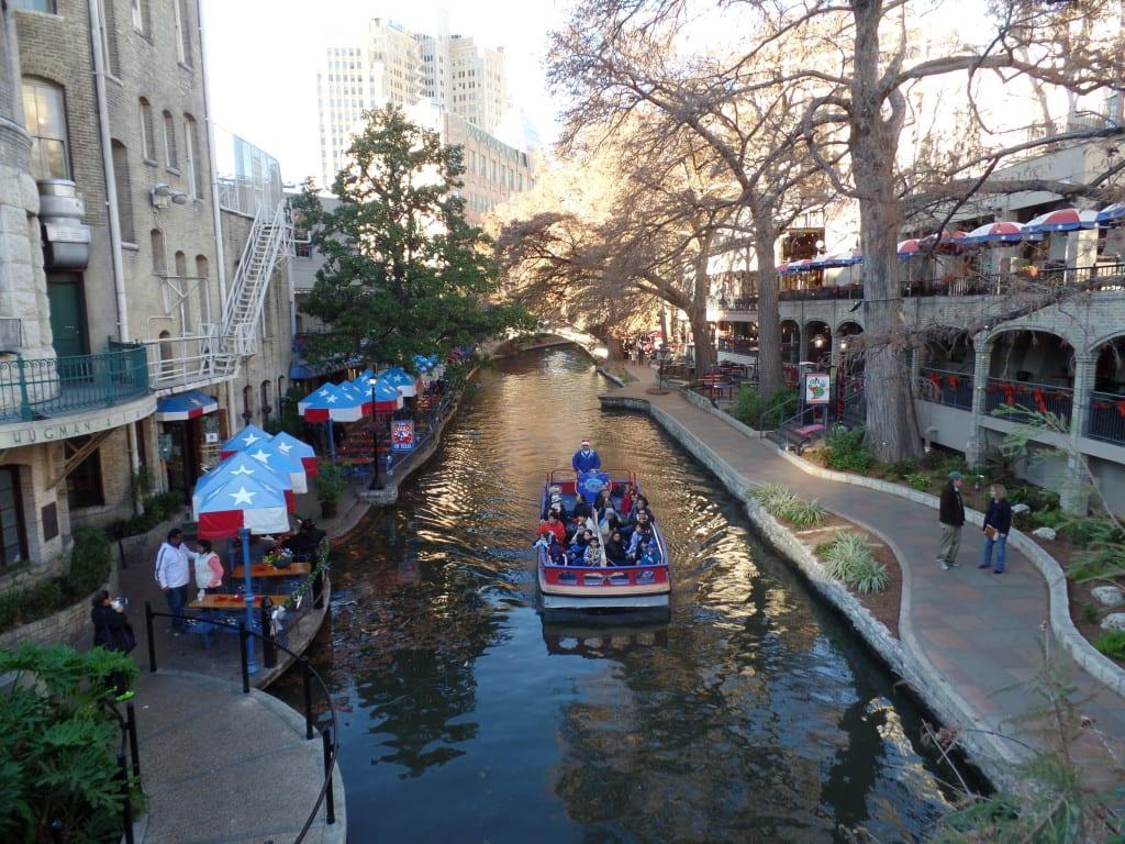 04 - Barquinho e restaurantes, detalhes típicos da charmosa River Walk - San Antonio, EUA