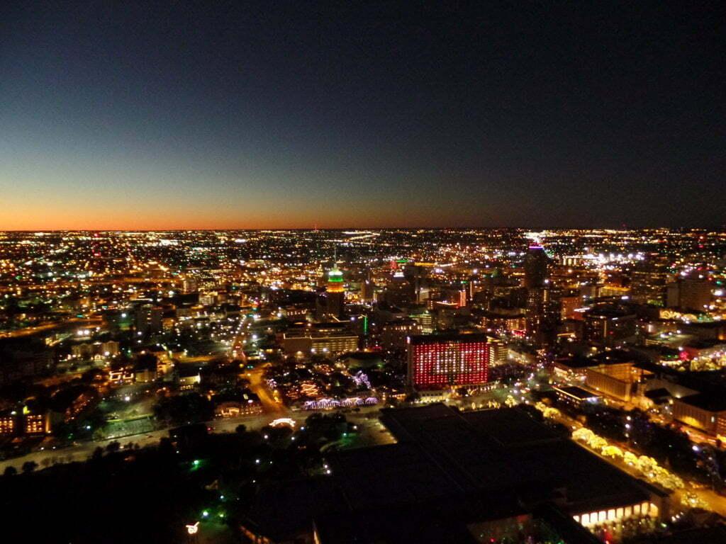 08 - San Antonio vista da Tower of Americas - o Hotel pede Paz na iluminação - Texas, EUA