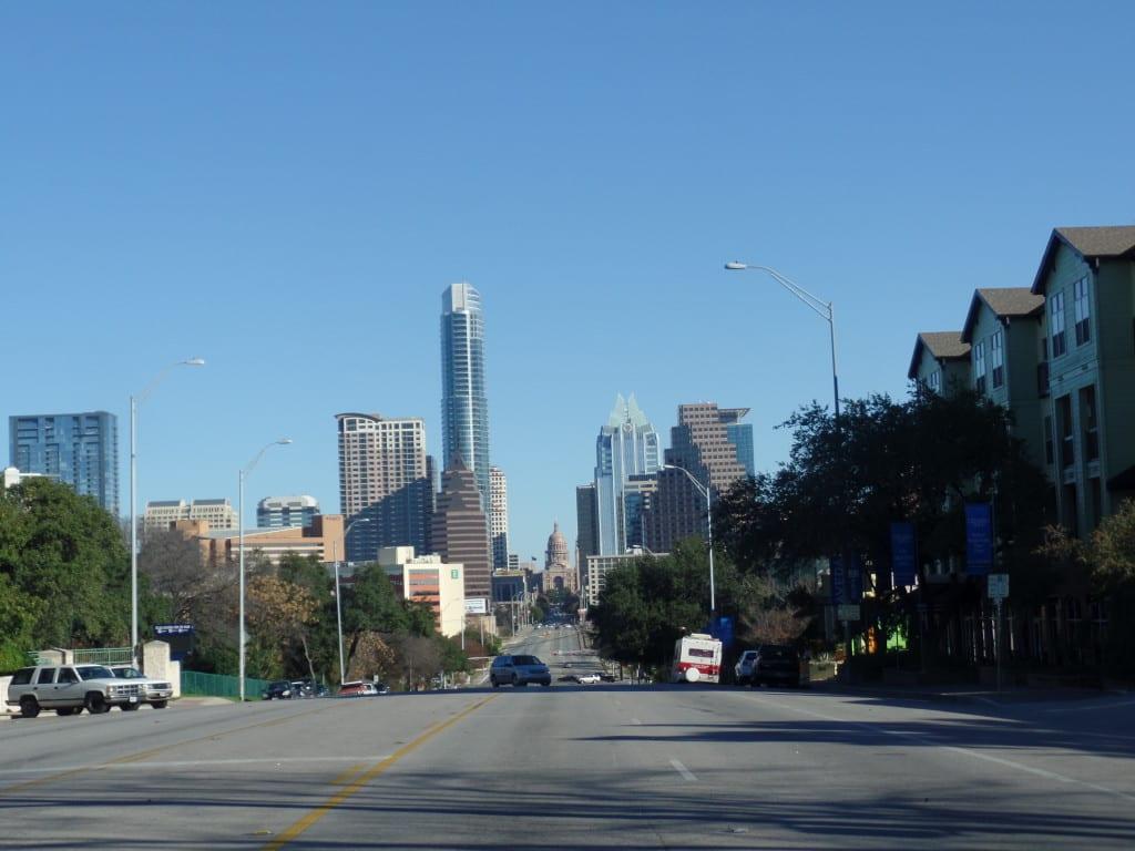 09 - Do lado oposto da cidade (ao sul), as avenidas largas, prédios altos e o Capitol - Austin, Texas