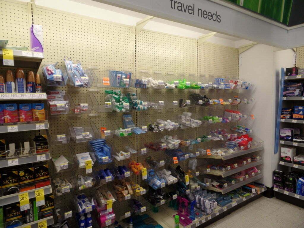 Área de produtos para viagem no Walgreens, EUA
