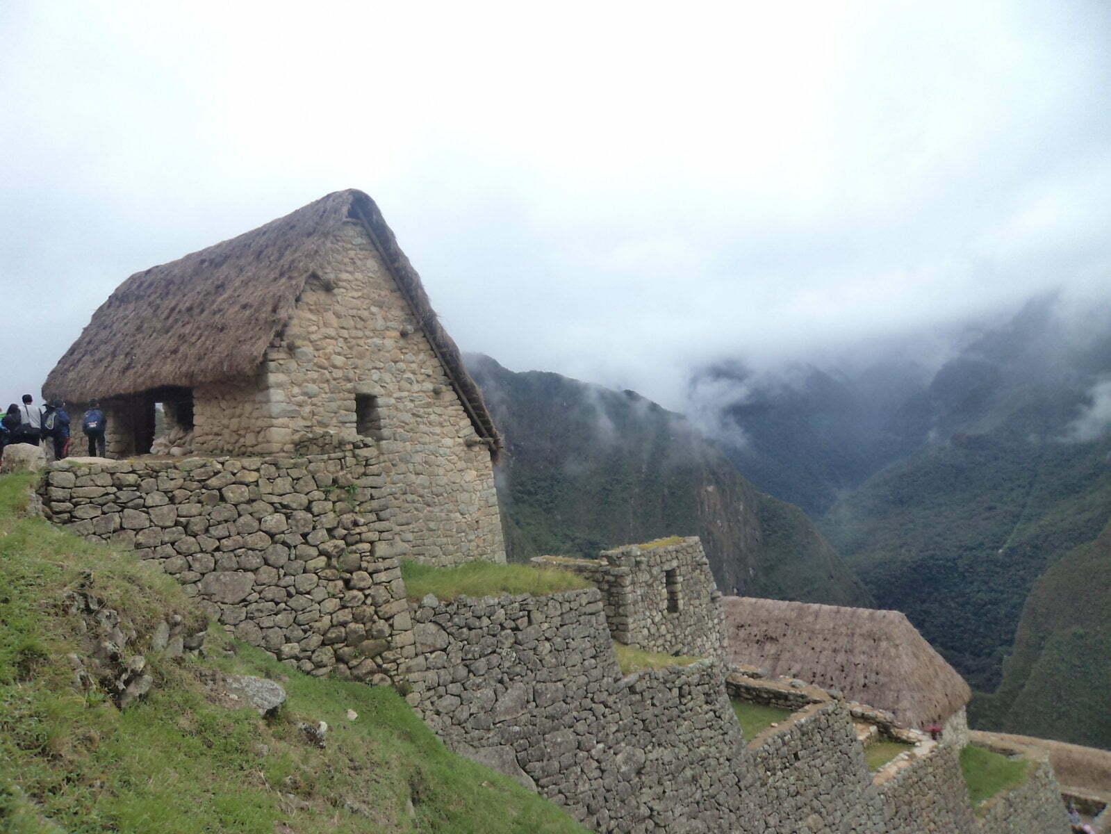 No alto das montanhas, pela manhã, a neblina toma conta de Machu Picchu, Peru