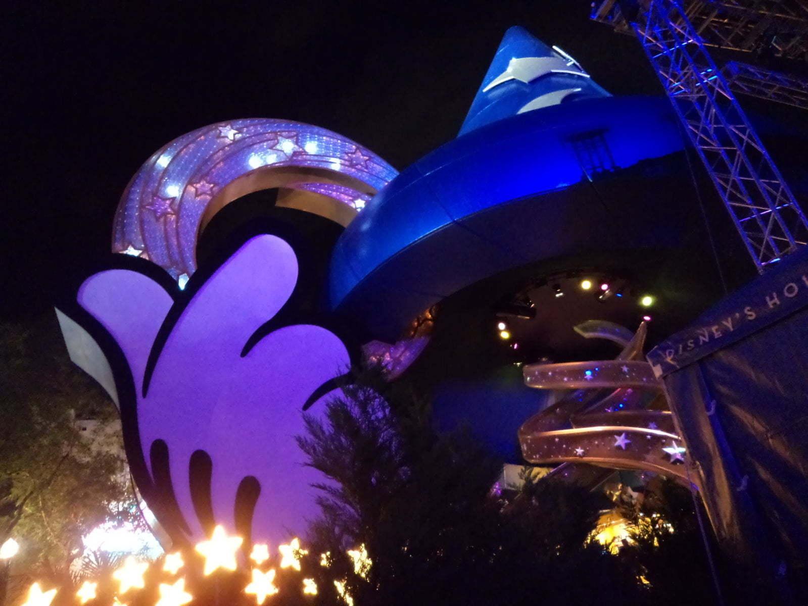 O grande chápeu do mago Mickey Mouse marca o centro do Holywwod Studios - Orlando, EUA