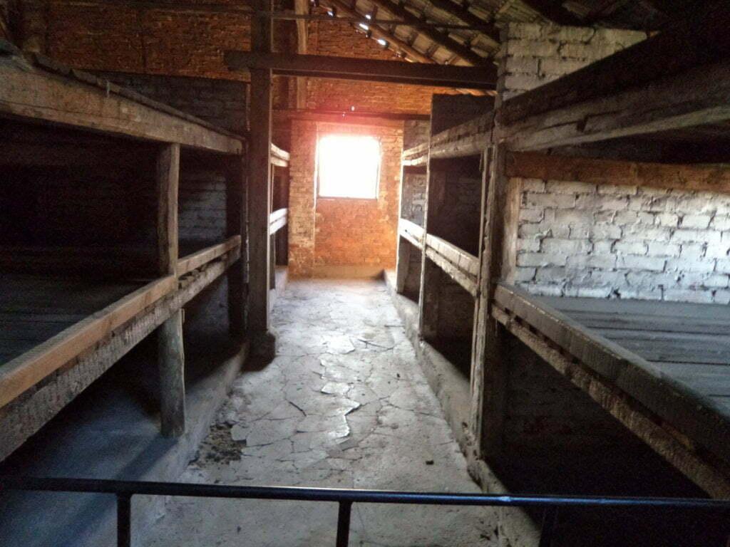 05 Triliche, quem ficava embaixo, era ainda mais infeliz - Campo de Concentração de Auschwitz, Polonia