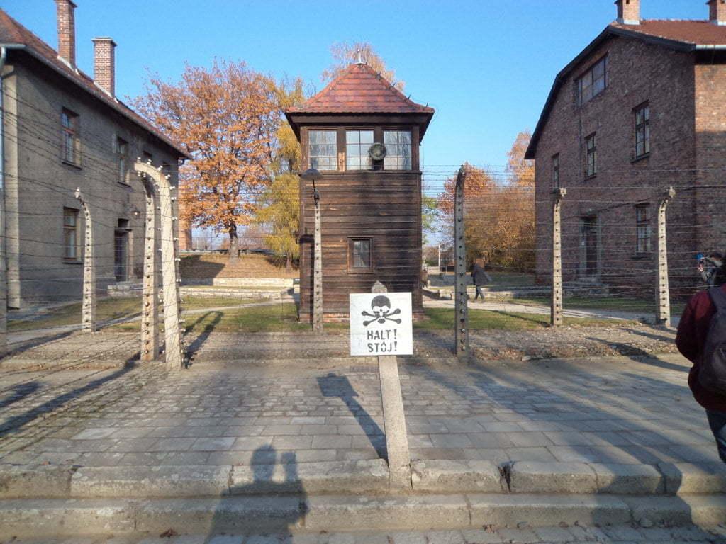 07 Guarita e cerca de arame farpado eletrificada - Campo de Concentração de Auschwitz, Polonia