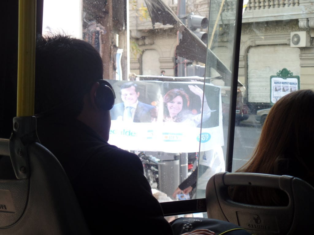 Foto Bonus - Cristina acenando pela cidade - Buenos Aires, Argentina