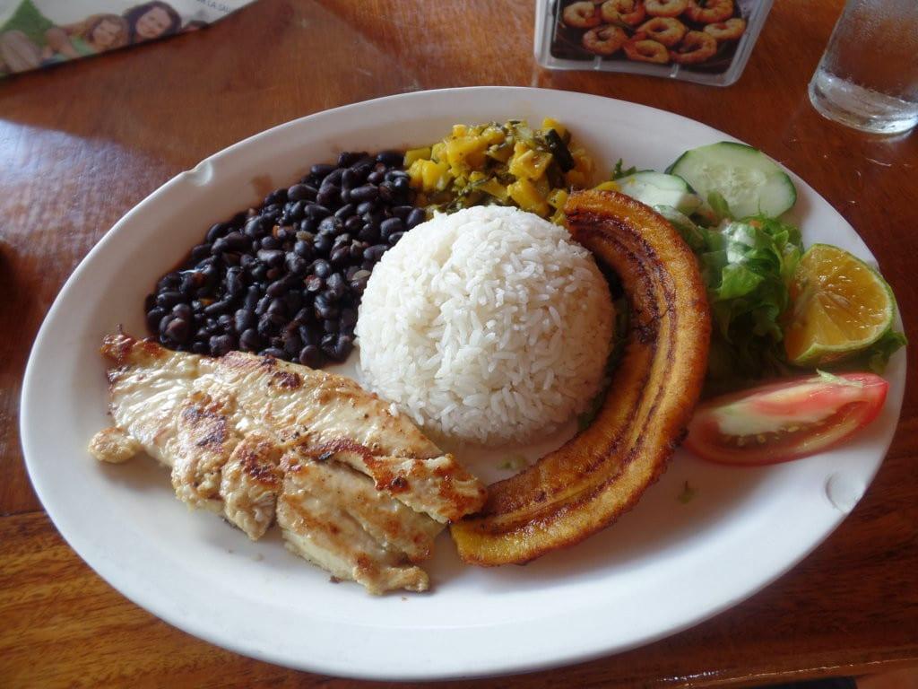 Casado - feijão com arroz - é prato típico na Costa Rica