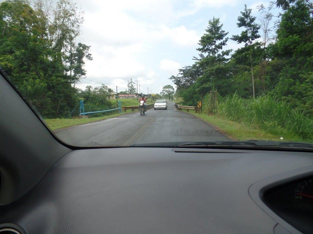 Muitas pontes da Costa Rica passam apenas um carro por vez
