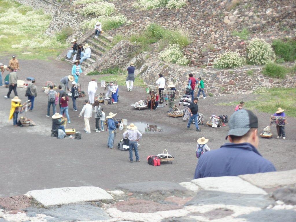 Corredor de ambulantes dentro das pirâmides de Teotihuacan, México