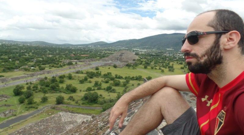 Admirando o Teotihuacan do alto de uma das pirâmides - México