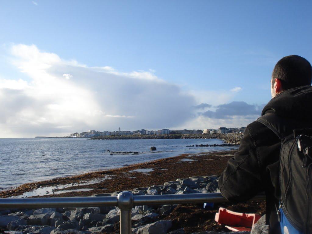 Apreciando a orla de Galway, Irlanda